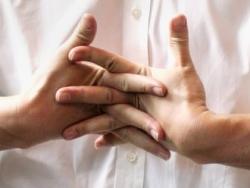 Что же всё-таки хрустит в костяшках пальцев?